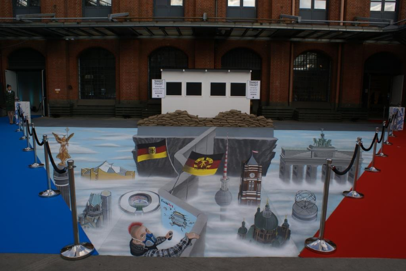 3D Strassenmalerei zum Thema Berliner Mauer in Berlin