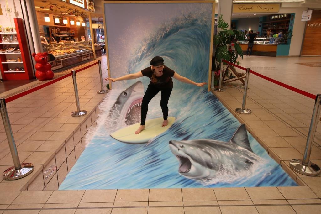 Fredda beim Surfen mit Haien