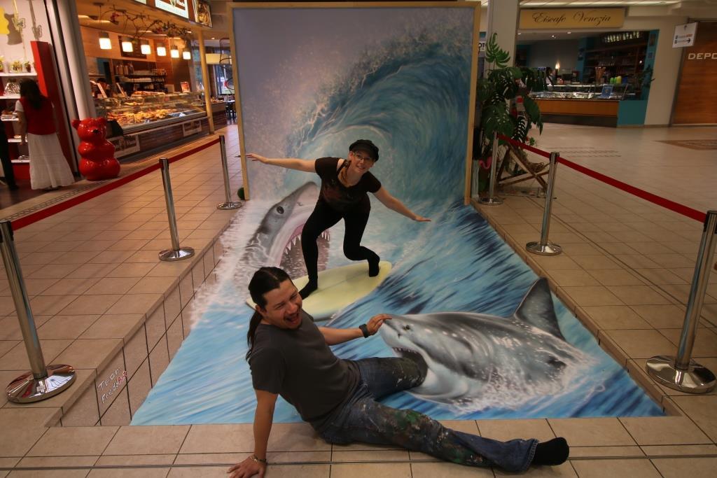 Fredda und Roberto beim Surfen mit Haien