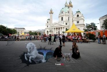 Wien, Karlsplatz: Freiheitsliebender Lipizzaner stört Straßenmalerei von Dürers Feldhasen