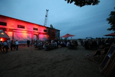 Rhine Side Gallery Beach am Abend